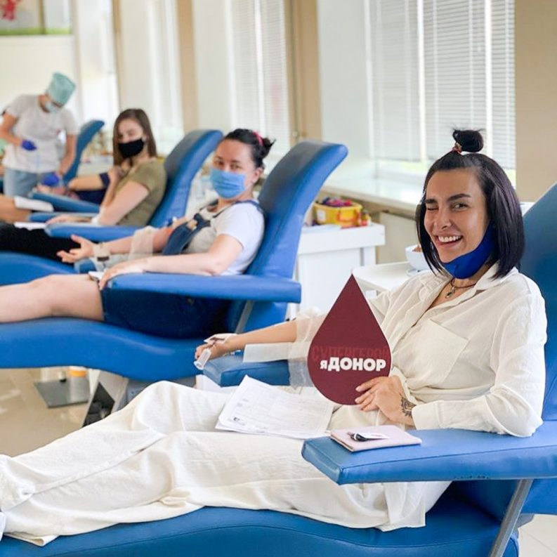 Відома харківська блогерка Тетяна Коряк долучилася до акції «Добра субота» у Харківському обласному центрі служби крові.